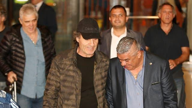 Ruggeri camina con Tapia, el presidente de la AFA; atrás Tarantini, otro de los campeones mundiales que acompa?a al plantel en Ecuador