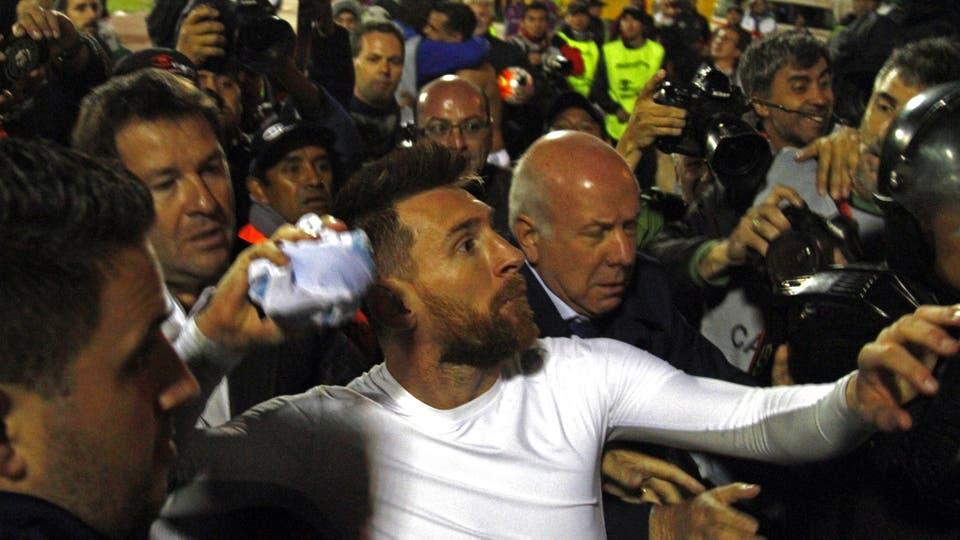 Messi tirando la camiseta a la platea.