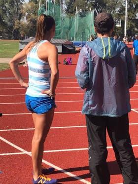 Los corredores de élite y los más experimentados aterrizan con la parte delantera de los pies cuando corren