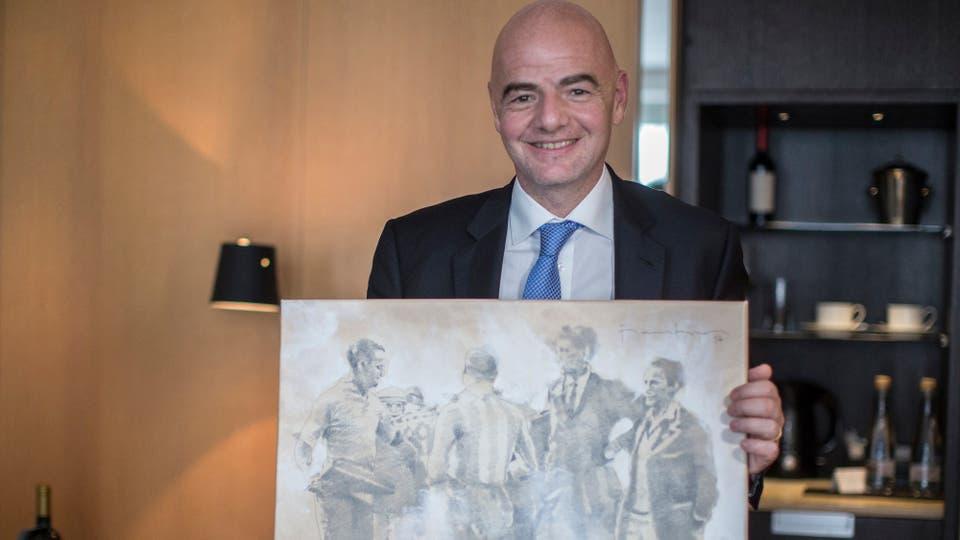 El presidente de la FIFA recibió un cuadro de Conmebol, inspirado en el Mundial de Uruguay 1930