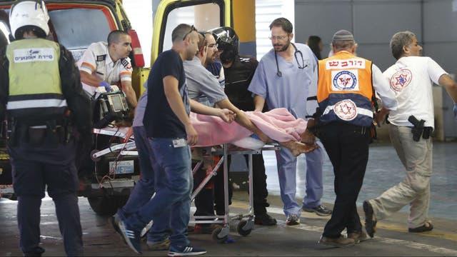 Los servicios de emergencia trasladan a un herido a un centro médico en Jerusalén