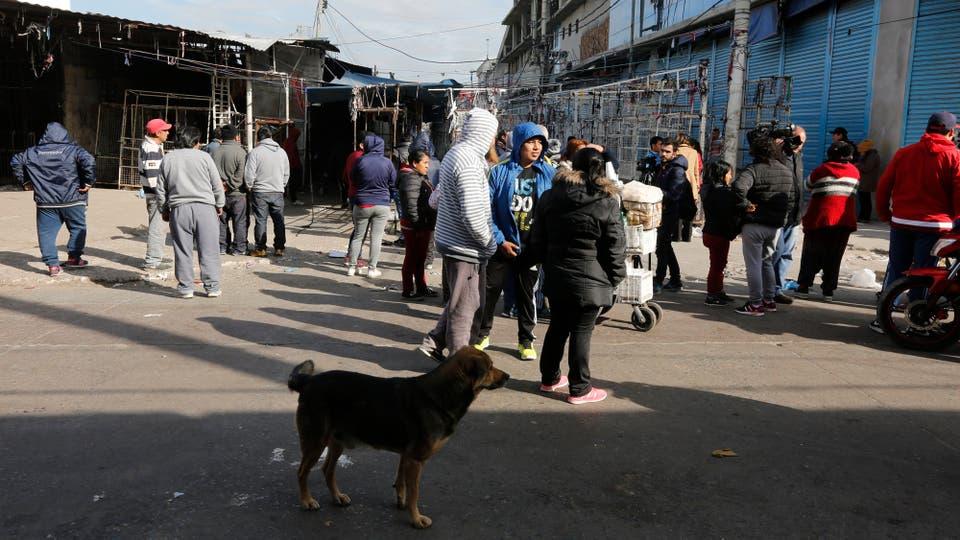 Por la mañana suelen verse vendedores que caminan por la feria con mercadería. Foto: LA NACION / Ricardo Pristupluk