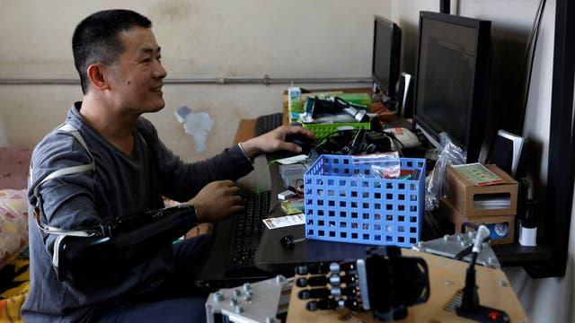 El ingeniero Chang Hsien-Liang, de 46 años, dibuja un diseño para un modelo de impresión 3D de una mano en Tainan, Taiwan