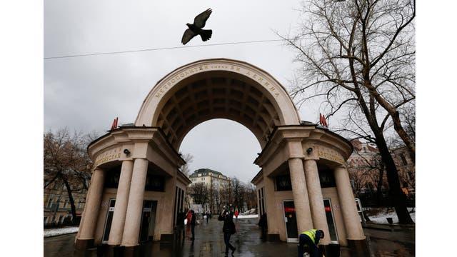 Un pájaro vuela sobre la entrada a la estación de metro Kropotkinskaya en Moscú, Rusia