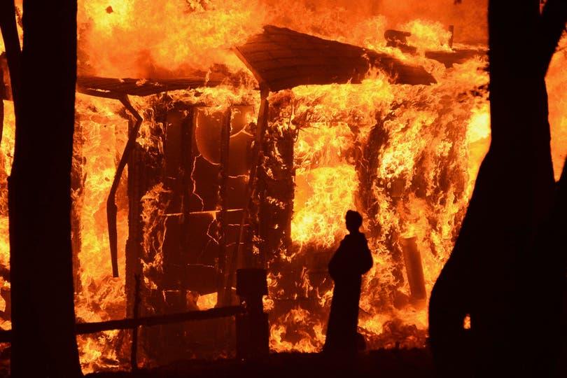 Impactante imagen de una casa incendiandose. Foto: Reuters