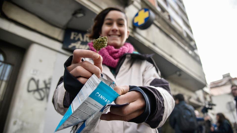 Una mujer muestra marihuana comprada en una farmacia de Montevideo, Uruguay. Foto: Pablo Abarenga