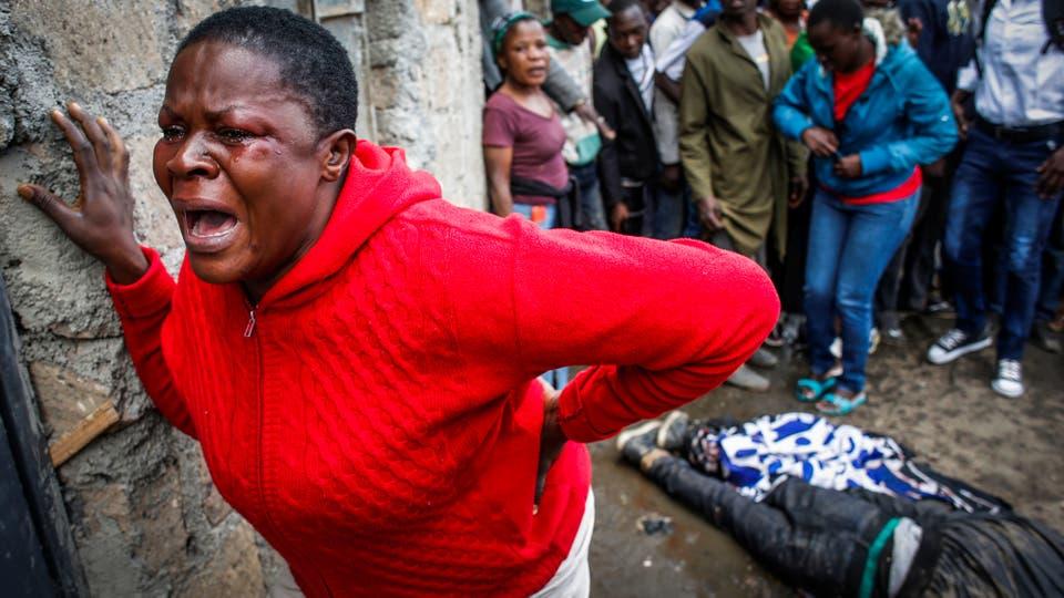 Una mujer llora luego de que un partidario de la oposición fuese asesinado por la policía, dijeron testigos, en el barrio de Mathare, en Nairobi