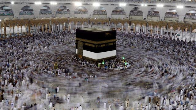 Miles de peregrinos rezan y rodean el santuario más sagrado del Islam, en la Gran Mezquita
