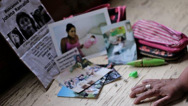 No fue fácil para Marta juntar objetos que le permitan tener presente a su hija desaparecida, las fotos y recuerdos de la infancia de Johana se perdieron en el incendio que la familia sufrió el año pasado