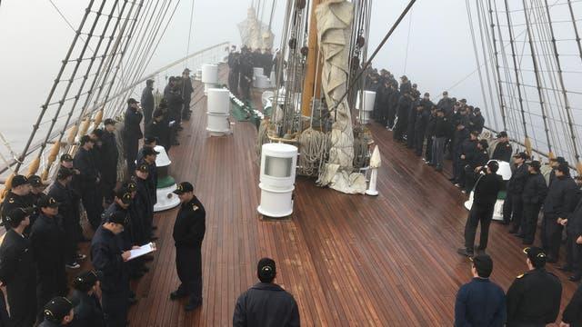 La cubierta el miércoles 18 amaneció con una intensa bruma a la hora de la formación de todos los integrantes del barco.