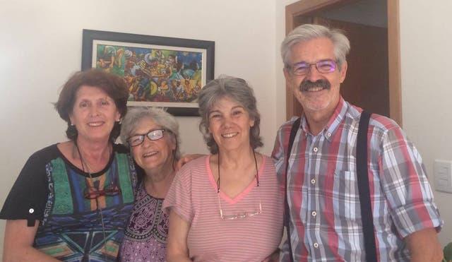 """Sara junto a Elsa, Carlos y """"Negrita"""", los primeros tripulantes del motorhome"""