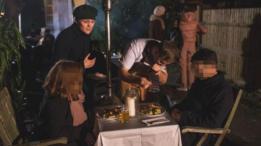 Imagen de la cena celebrada por Oobah Butler en su cobertizo.