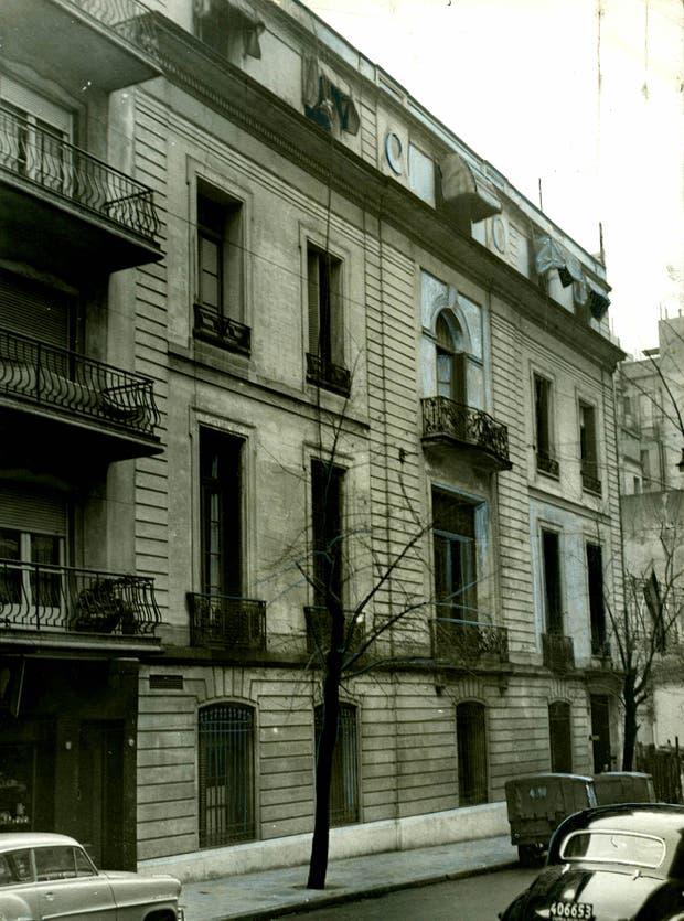 Desde fines de los años 40 hasta 1989, la sede de Radio Nacional estuvo ubicada en Ayacucho 1556 (y Las Heras), un edificio ya demolido que diseñó el arquitecto Christophersen