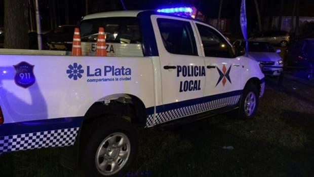 Les robaron el patrullero mientras realizaban un procedimiento en La Plata
