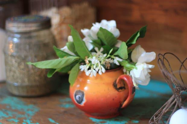 una pequea tetera antigua enlozada ideal para flores pequeas boulevard senz pea