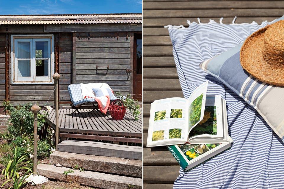 Sobre el deck de madera sin tratar, para acompañar el estilo del antiguo vagón, almohadones rayados (a partir de $980, Linos del Pacífico).  Foto:Living /Magalí Saberian