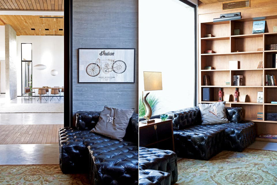 El eje central de la casa también separa las áreas sociales de las privadas. Es el único lugar donde hay madera piso en y techo, para enfatizar su función divisoria.  Foto:Living /Magalí Saberian