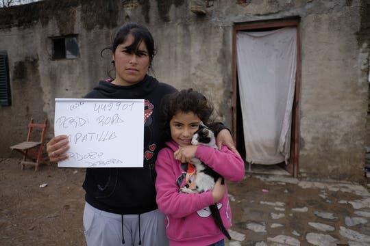 Botellas de agua mineral, botas para lluvia, colchones; muchos inundados perdieron todo. Foto: LA NACION / Hernán Zenteno