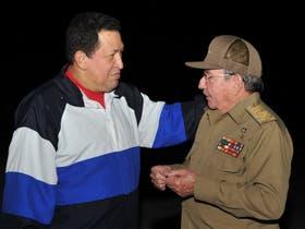 Raúl Castro, al recibir a Hugo Chávez a su llegada a La Habana, el domingo