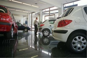 La venta de autos cayó más de un tercio en el cuarto mes del año