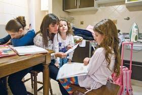Los deberes, en la cocina . A pesar de sus largas jornadas, la médica se ocupa de ayudar a sus hijos con las tareas. Rocío, Micaela y Camila, agradecidas
