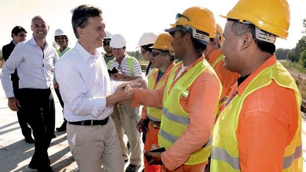 Macri, acompañado por Dietrich, saluda a los obreros