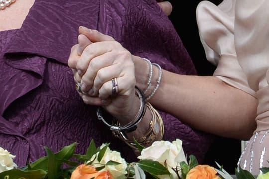 Los nuevos Reyes junto a la flamante princesa Beatriz saludaron al pueblo holandés desde el balcón del Palacio Real de Ámsterdam. Foto: AFP