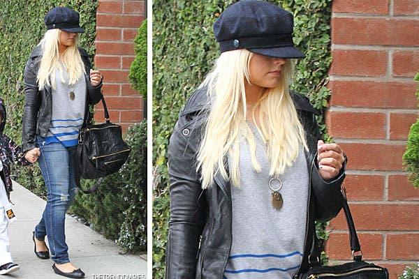 Christina Aguilera eligió un jean gastado, chaqueta y un gorro bien grande; ¿qué opinás de este look?. Foto: Thetrenddiaries.com