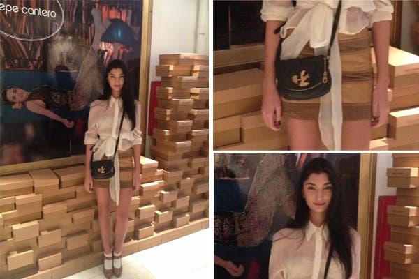 Paloma Cepeda se animó a una camisa semitransparente anudada a la cintura y una mini rayada en tonos camel. ¿Qué opinás de las medias a la vista?. Foto: Aló