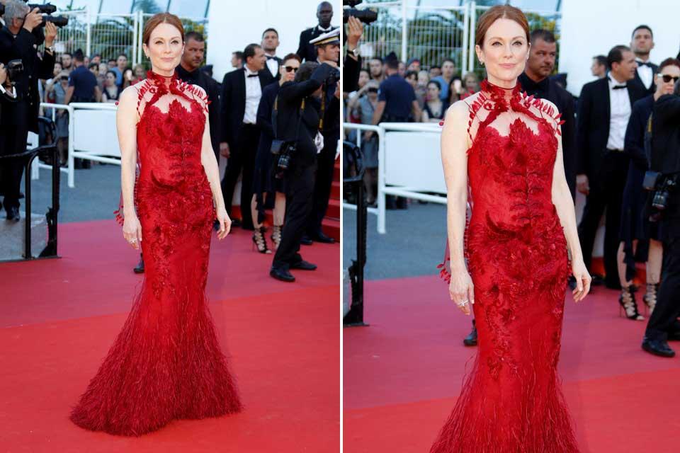 Julianne Moore impactó con este vestido en color rojo creado por Givenchy.
