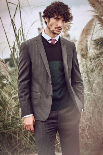 Traje rayado, camisa y corbata de seda ($ 25.000, $ 4500 y $ 1200, Etiqueta Negra), suéter ($ 2299, Lacoste) . Foto: Martín Sarrabayrouse