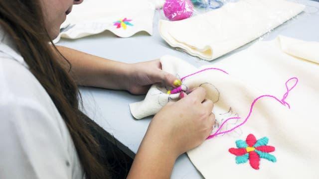 Los niños aprenden a coser, bordar y también a ayudar por una buena causa