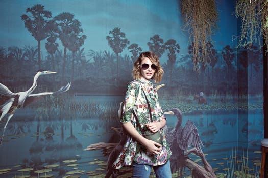 Túnica estampada (Jazmín Chebar), jean corto (Uma), anteojos de sol (Fleur), mochila de cuero con apliques de flores (Prüne). Foto: Mariana Roveda