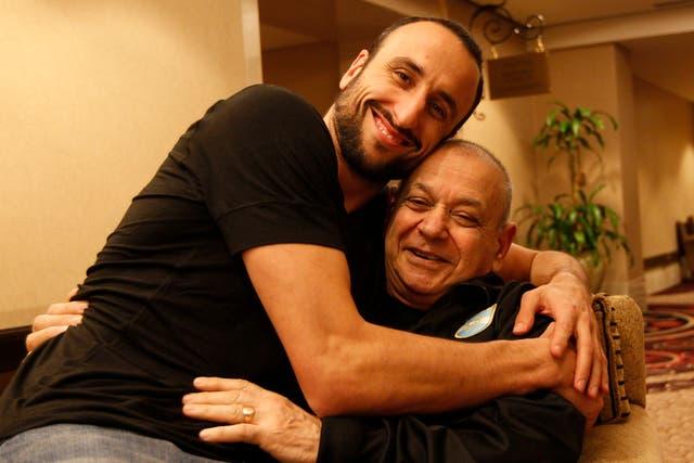 Manu con Roberto Vartanian, el utilero de la selección