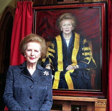 Posando junto a su retrato en septiembre de 1988. Foto: Archivo