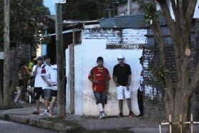 """Los """"chicos - soldado"""" custodian un quiosco de venta de drogas en La Tablada. el barrio más peligroso"""