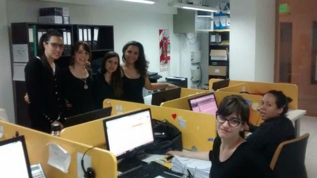 Mujeres asistieron a trabajar a sus oficinas vestidas de negro, en este caso en una empresa de nutrición