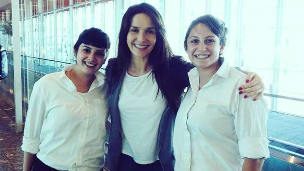 Natalia Oreiro junto a personal del aeropuerto