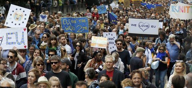 Miles de manifestantes con consignas proeuropeístas cubrieron ayer la capital británica