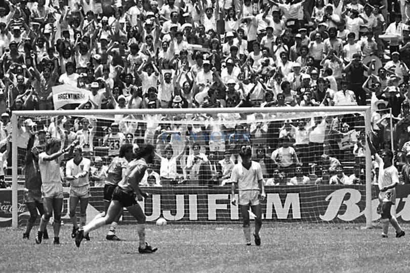 Protestas de los ingleses por el gol con la mano de Diego Maradona. Foto: LA NACION / Antonio Montano