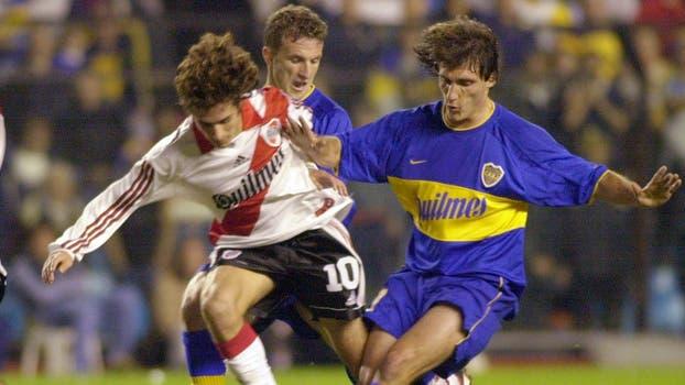 Guillermo Barros Schelotto, Pablo Aimar de durante su partido de cuartos de final de la Copa de fútbol Libertadores de América del miércoles 24 de mayo de 2000 en Buenos Aires. Foto: AP