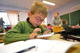 En la escuela Inmaculada Concepción, en Seclin, Francia, un alumno aprende a leer y escribir usando Twitter