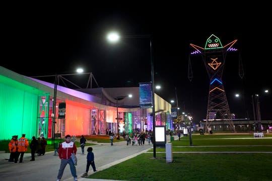 Una torre de energía con luces que simula ser un robot, ilumina el predio. Foto: LA NACION / Matias Aimar