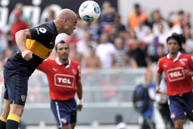 Silva cabecea y es el gol de Boca