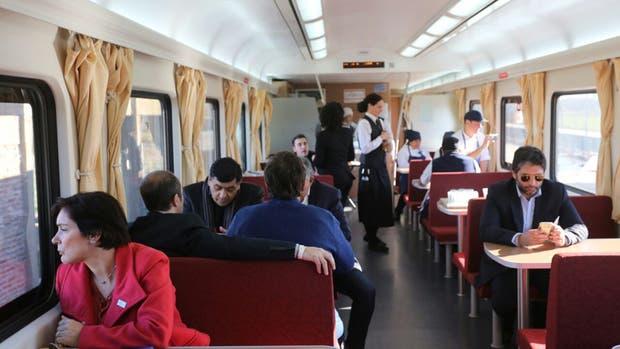 Los pasajeros disfrutan de su viaje en el tren a Mar del Plata