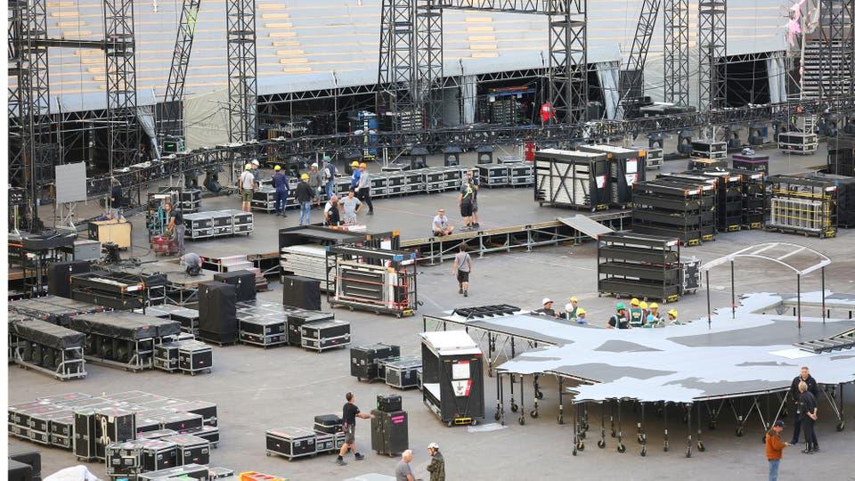El armado empezó el viernes pasado, tardaron cuatro días en armar el mosntruo sobre el que se subirá U2 para tocar. Foto: LA NACION / Santiago Hafford