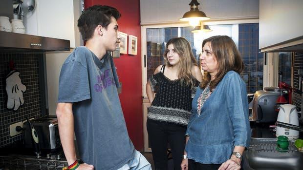 Augusto Calissano, de 16 años, escucha los consejos de su mamá y su hermana sobre cuestiones de género