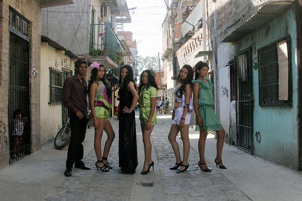 Las modelos posan en una de las calles de la Villa 31