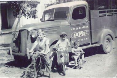 Los hermanos Ratti, atrás la camioneta en la que se movilizaban
