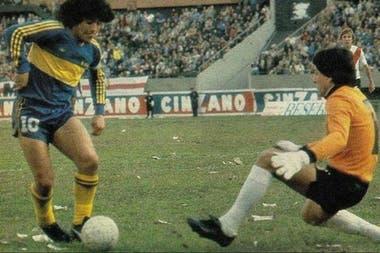 Maradona frente a Fillol: una imagen repetida en 1981 en su paso por Boca